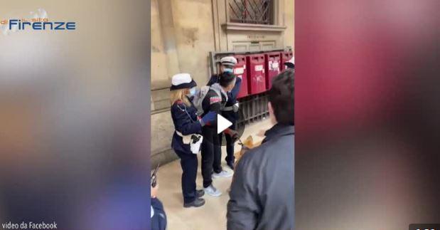 Senza mascherina donna arrestata a Firenze. Tensione con polizia municipale