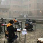 A Mantova studenti e prof fanno lezione nella nebbia davanti alle scuole chiuse