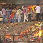 Le cremazioni dei corpi in India sono parte della quotidianità, sulle rive del Gange vengono cremati centinaia di corpi a pieno regime notte e giorno.