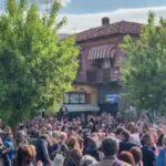 Chivasso, in centinaia davanti alla Torteria, senza mascherina, in solidarietà al locale chiuso