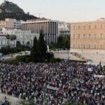 """Grecia: migliaia di persone davanti al parlamento chiedono dimissioni del primo ministro: """"prendi i tuoi vaccini e vattene da qui!"""""""