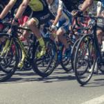 Tre giovani ciclisti ricoverati in gravi condizioni all'ospedale dopo aver fatto Pfizer.