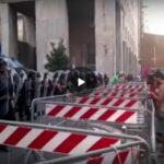 Green Pass, Milano 14 agosto 2021: Polizia schierata sotto la sede RAI davanti ad una folla di manifestanti contro il Green Pass