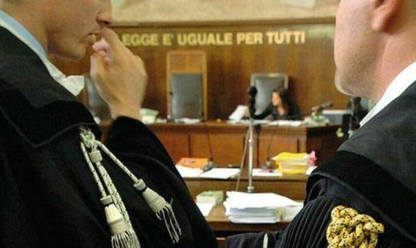 Napoli, rivolta degli avvocati: green pass incostituzionale. Draghi ritiri il provvedimento