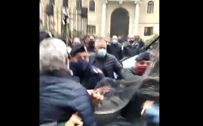 Manganellate contro gli studenti che protestano: la polizia carica gli studenti al liceo Ripetta di Roma