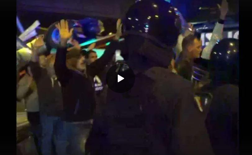 """Portuali di Trieste, manifestanti alla polizia che lancia lacrimogeni: """"Basta ci sono delle persone"""", """"ma siete pazzi?"""""""