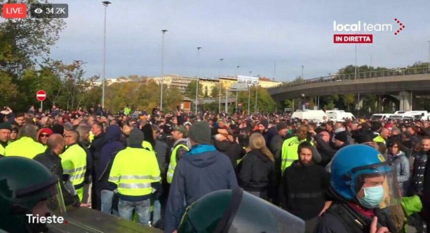 DIRETTA Trieste, cominciato lo sgombero al porto: gli agenti azionano gli idranti e lanciano lacrimogeni su cittadini inermi