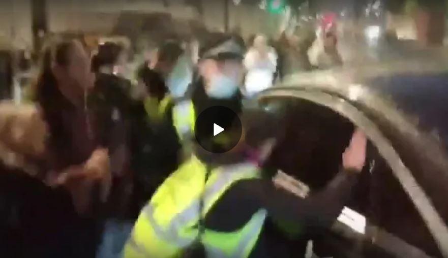 Folla tenta di linciare Bill Gates, salvato dal tempestivo intervento delle forze dell'ordine