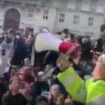 Stefano Puzzer portavoce dei portuali di Trieste invita i manifestanti a restare pacifici dopo l'azione delle forze dell'ordine